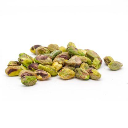 """Kepintos gliaudytos pistacijos – praktiškas pasirinkimas, jei pistacijų riešutus ketinate naudoti maisto gamyboje. Puikiai tinka salotoms, taip pat dera prie mėsos ar žuvies patiekalų, desertų gamyboje. Pistacijos – ne tik skanus, bet ir sveikas užkandis! Naudingas patarimas: prieš valgydami pistacijas pamirkykite jas vandenyje 2-3 valandas – taip """" pažadinsite"""" riešutą ir organizmas lengviau įsisavins naudingąsias jo savybes."""