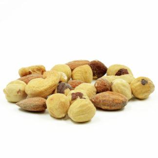 Skrudintų riešutų rinkinys – tai aukščiausios kokybės migdolai, lazdyno riešutai ir anakardžiai. Švelniai pasūdyti, lengvai paskrudinti be aliejaus – tam, kad būtų dar skanesni, tačiau išliktų sveiki ir naudingi organizmui.