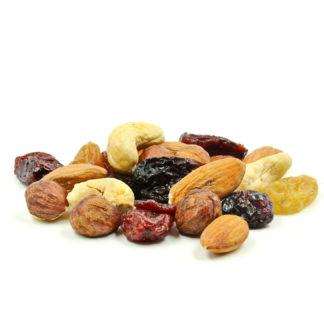 Riešutų ir džiovintų vaisių mišinys – subalansuotas vitaminų ir organizmui būtinų naudingų maistinių medžiagų šaltinis! Natūralūs migdolai, lazdynų riešutai ir anakardžiai, kuriuos papildo saldžiosios Jumbo razinos bei švelnia rūgštele praturtintos džiovintos spanguolės.